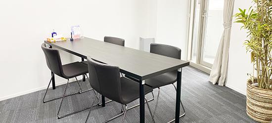 東京営業所の室内の写真。こちらのブースでお見合いのカウンセリングを実施します